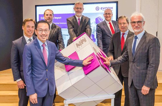 Front (from left to right): Dr. Beh Swan Gin, Chairman of the Economic Development Board of Singapore, Dr. Harald Schwager, Deputy Chairman of the Executive Board, Evonik Industries AG, Middle: Dr. Claus Rettig, Chairman of the Board of Management, Evonik Resource Efficiency GmbH, Dr. Ulrich Sante, Ambassador of the Federal Republic of Germany to Singapore, Back: Dr. Gerd Loehden, Senior Vice President of Innovation Management, Evonik Resource Efficiency GmbH, Mr. Peter Meinshausen, Regional President of Evonik Asia Pacific South, Dr. Ulrich Kuesthardt, Chief Innovation Officer, Evonik Industries AG